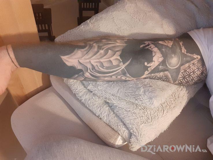 Tatuaż blackwork bio gwiazda - rękawy