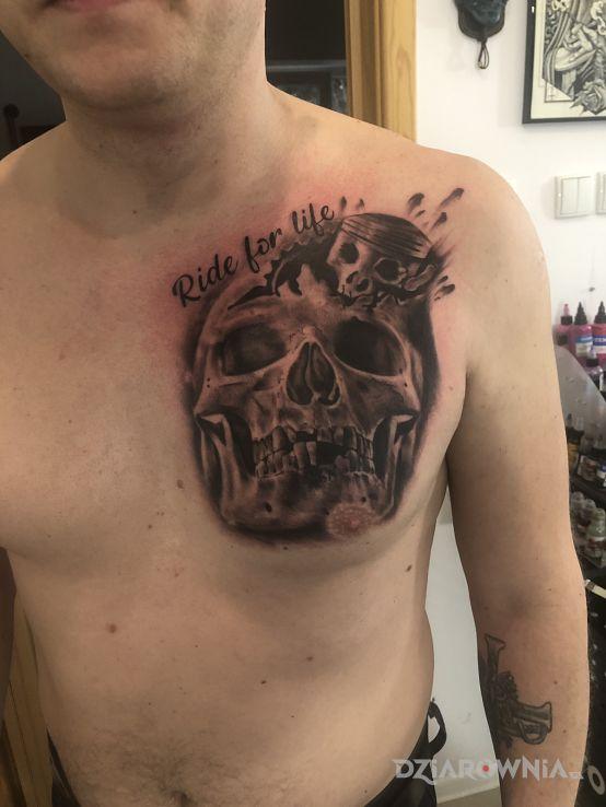 Tatuaż czaszka z motywem moto - czaszki