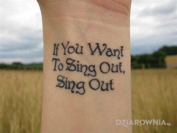 Tatuaż if you want to sing out sing out w motywie napisy na nadgarstku