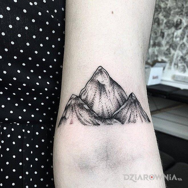 Tatuaż góry w motywie pozostałe na przedramieniu