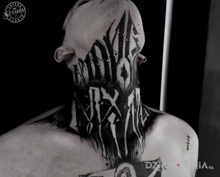 Tatuaż napis na szyi - czarno-szare