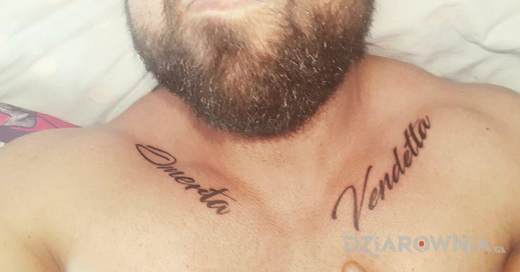 Tatuaż omerta i vendetta - napisy