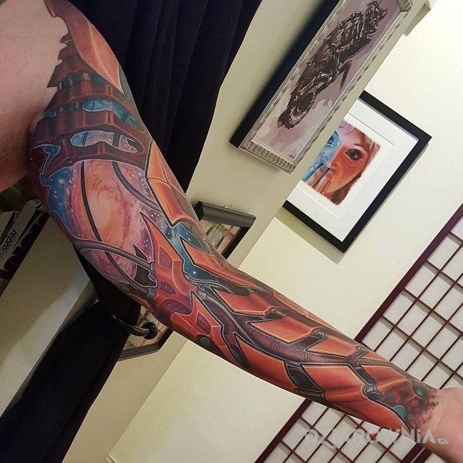 Tatuaż ręka z przyszłości w motywie rękawy na ramieniu
