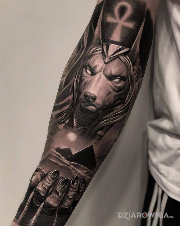 Tatuaż piramidy - postacie