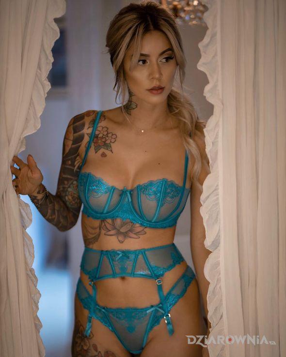 Tatuaż w niebieskim - kwiaty