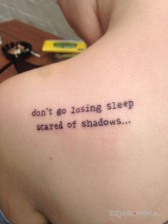 Tatuaż strach przed cieniami - napisy