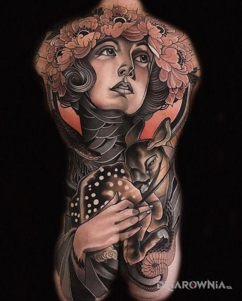 Tatuaż w koronie z kwiatów - zwierzęta