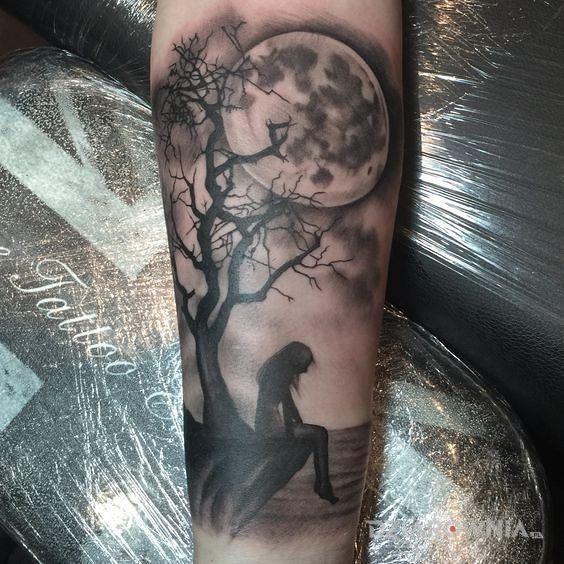 Tatuaż nad urwiskiem - czarno-szare