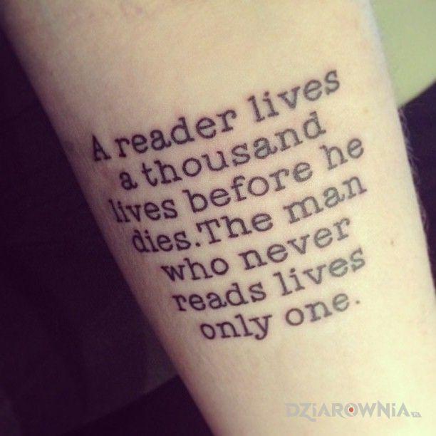 Tatuaż fan książek i jego wiele wcieleń - napisy