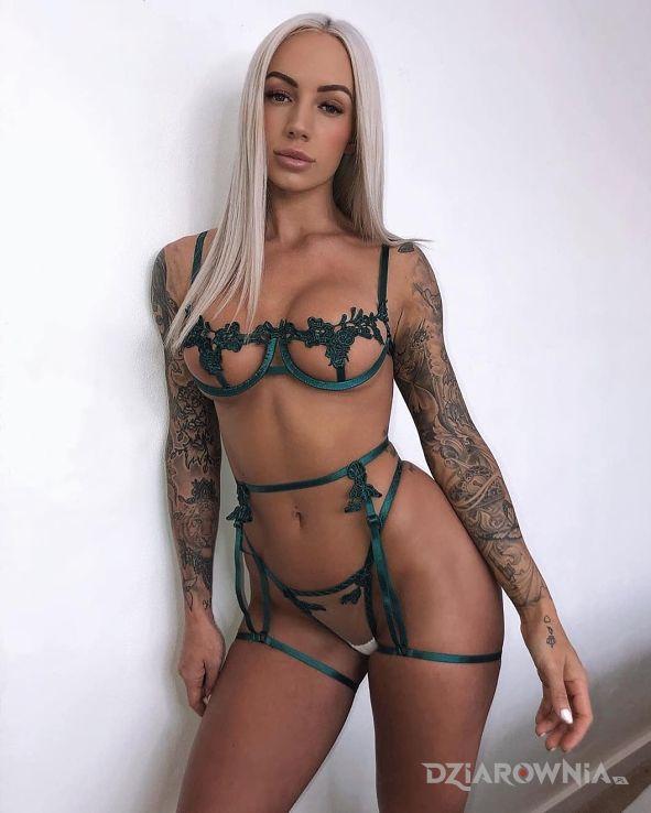 Tatuaż blondi w zielonym - rękawy