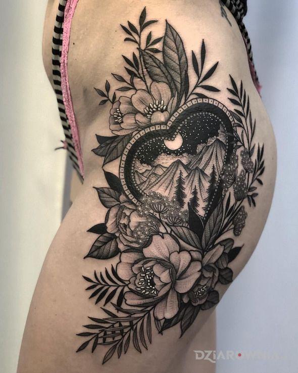 Tatuaż góry w sercu - kwiaty
