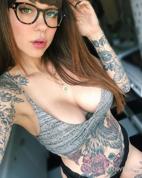 Tatuaż sexy okularki - kwiaty