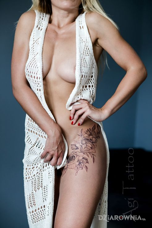 Tatuaż kwiaty na biodro - kwiaty