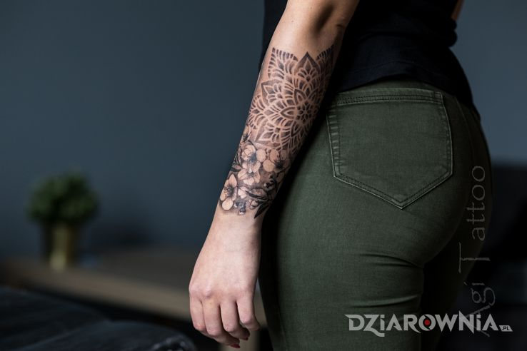 Tatuaż mandale kwiaty - rękawy