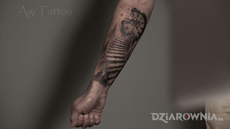 Tatuaż schody zegar - przedmioty