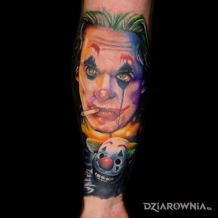 Tatuaż joker na przedramieniu w kolorach sztos od dr janko - kolorowe