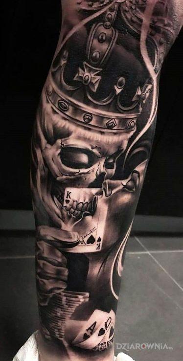 Tatuaż calus w motywie kasyno i stylu realistyczne na łydce