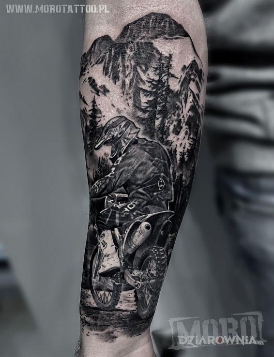 Tatuaż motocross w motywie czarno-szare i stylu realistyczne na przedramieniu