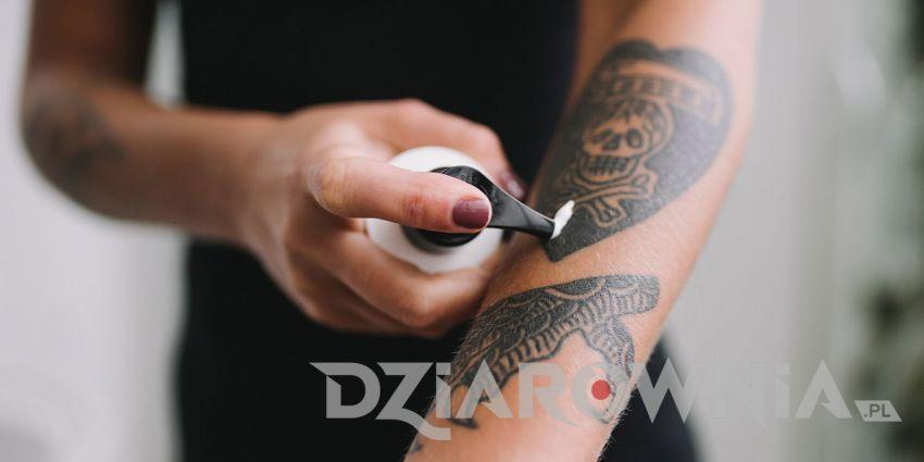 smarowanie kremem tatuażu na przedramieniu