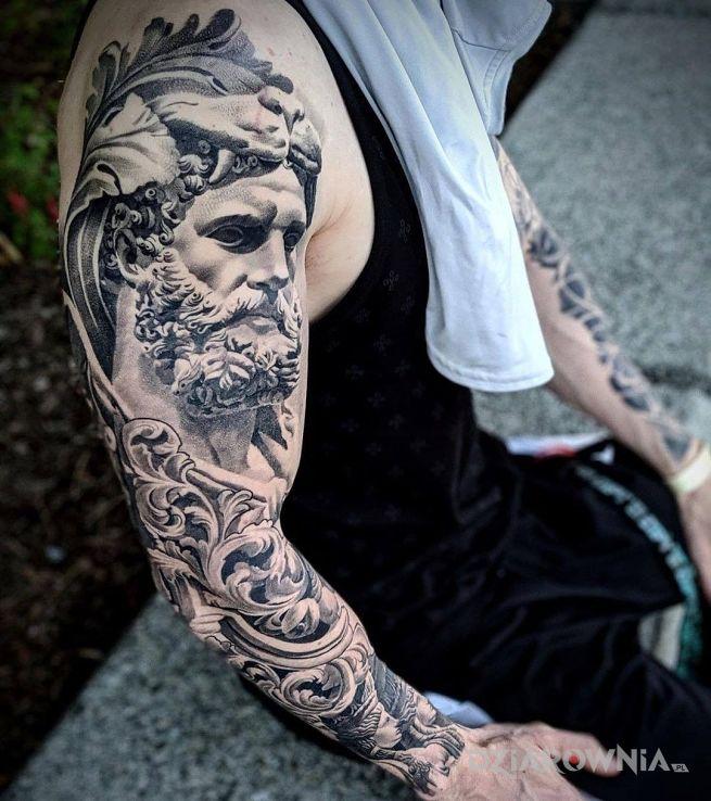 Tatuaż starożytny gość w motywie twarze i stylu realistyczne na ramieniu