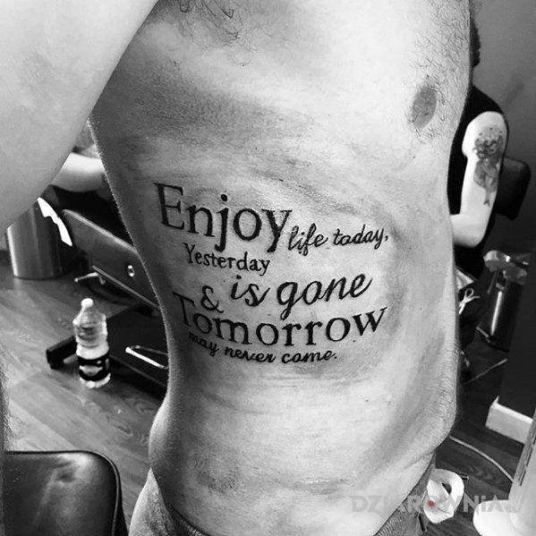 Tatuaż ciesz się dzisiejszym życiem - napisy