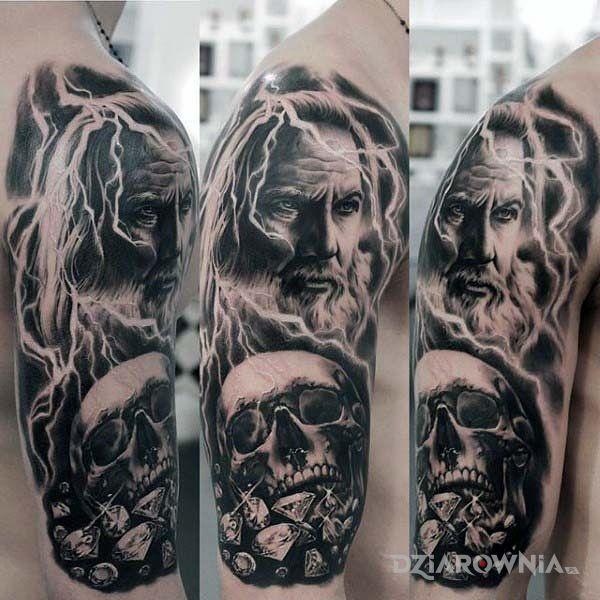 Tatuaż bóg piorunów w motywie czarno-szare i stylu realistyczne na ramieniu
