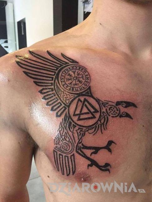tatuaż nordycki kruk z runą na męskiej piersi