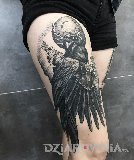 tatuaż czarny kruk na udzie
