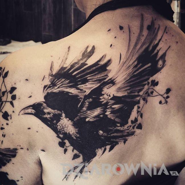 tatuaż przedstawiający kruka na łopatce dziewczyny