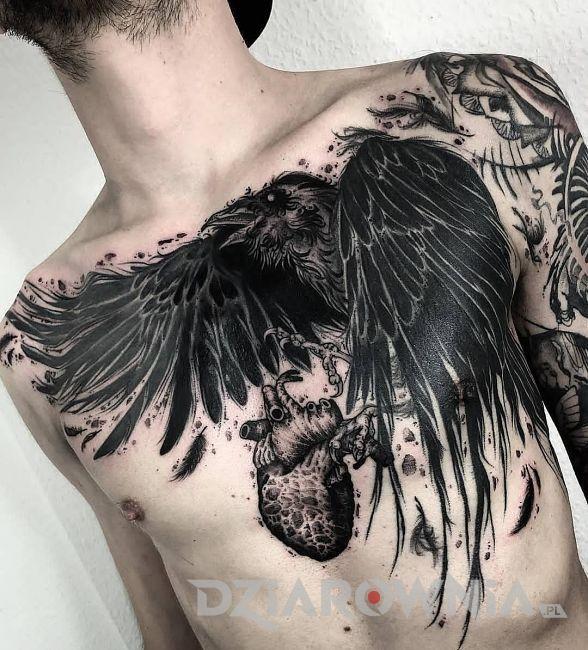 tatuaż kruk z sercem
