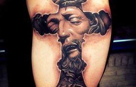 Znaczenie symbolu krzyża w sztuce tatuażu