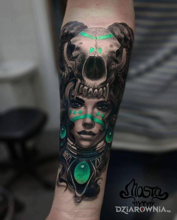 Tatuaż demoniczna kobieta śliczna - czarno-szare