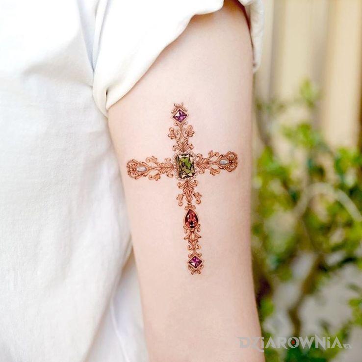 Tatuaż krzyżyk w motywie kolorowe i stylu realistyczne na ramieniu