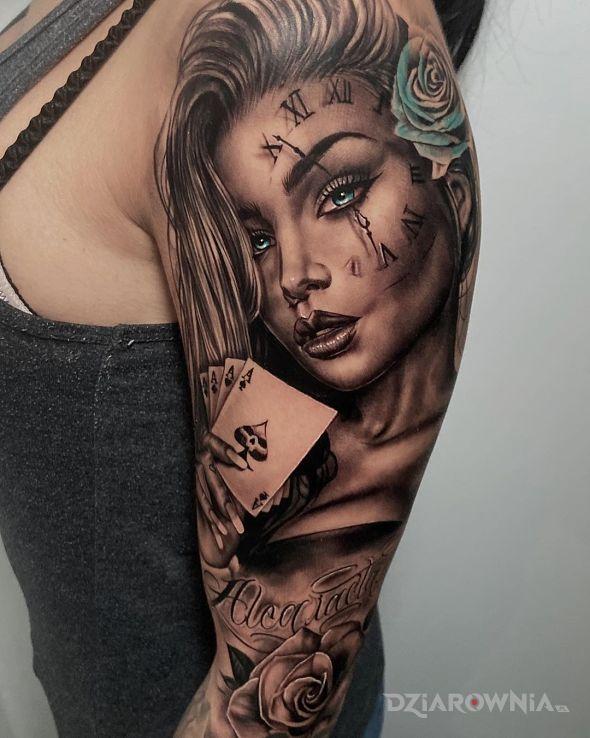 Tatuaż same asy w motywie kwiaty i stylu realistyczne na ramieniu