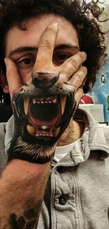 Tatuaż paszcza lwa w motywie zwierzęta na dłoni