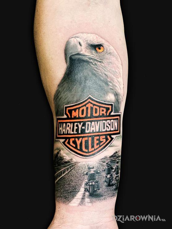 Tatuaż harley davidson w motywie zwierzęta i stylu realistyczne na przedramieniu