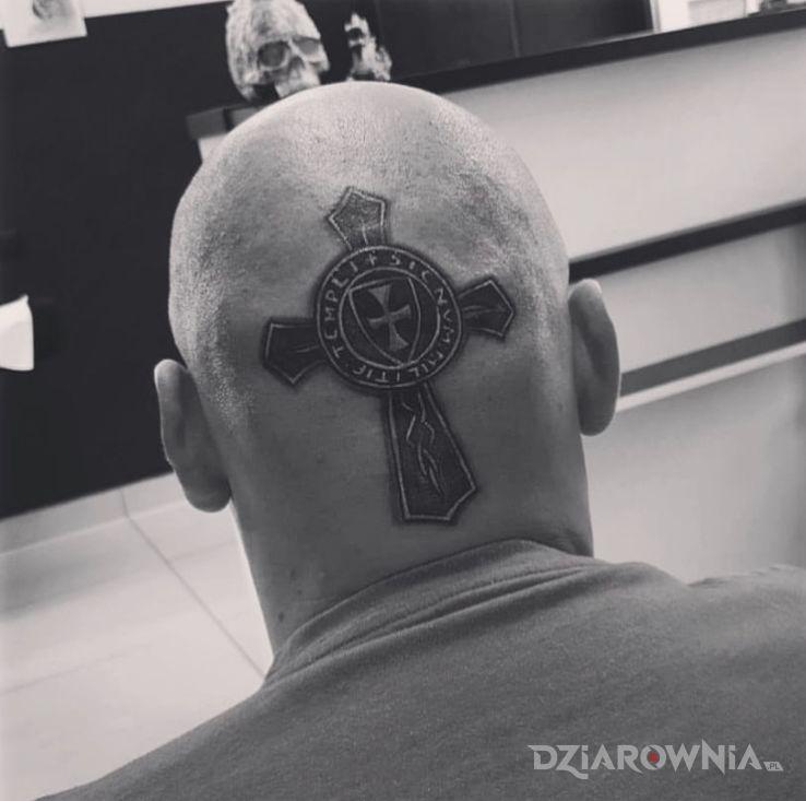 Tatuaż militarny krzyż templariuszy w motywie religijne i stylu graficzne / ilustracyjne na głowie