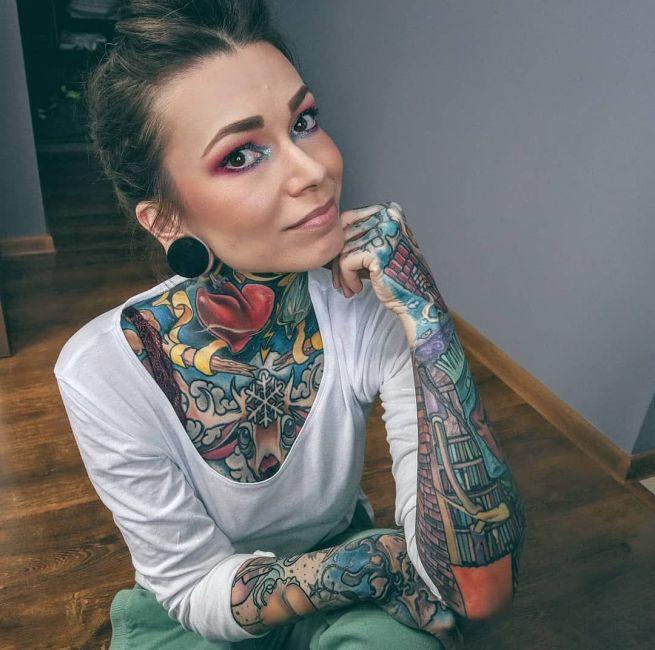 karolina zarzycka pielęgniarka z kolorowymi tatuażami