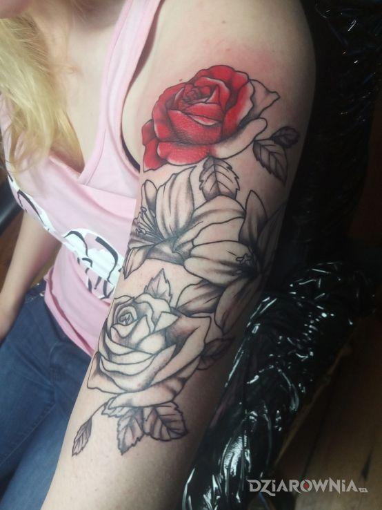 Tatuaż róże i lilie w motywie kwiaty i stylu graficzne / ilustracyjne na ramieniu