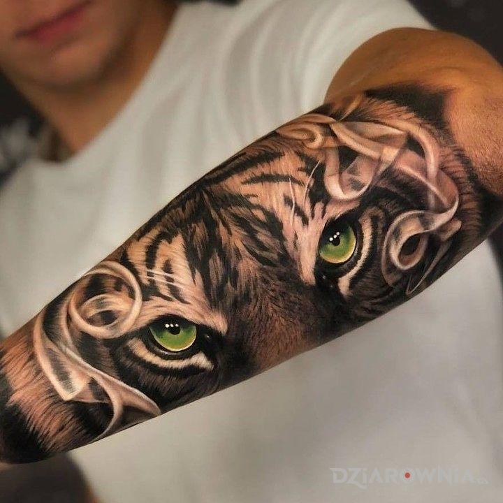 Tatuaż oczy tygrysa - czarno-szare
