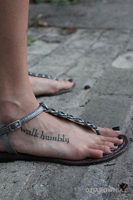 Tatuaż walk humbly w motywie napisy i stylu kaligrafia na stopie