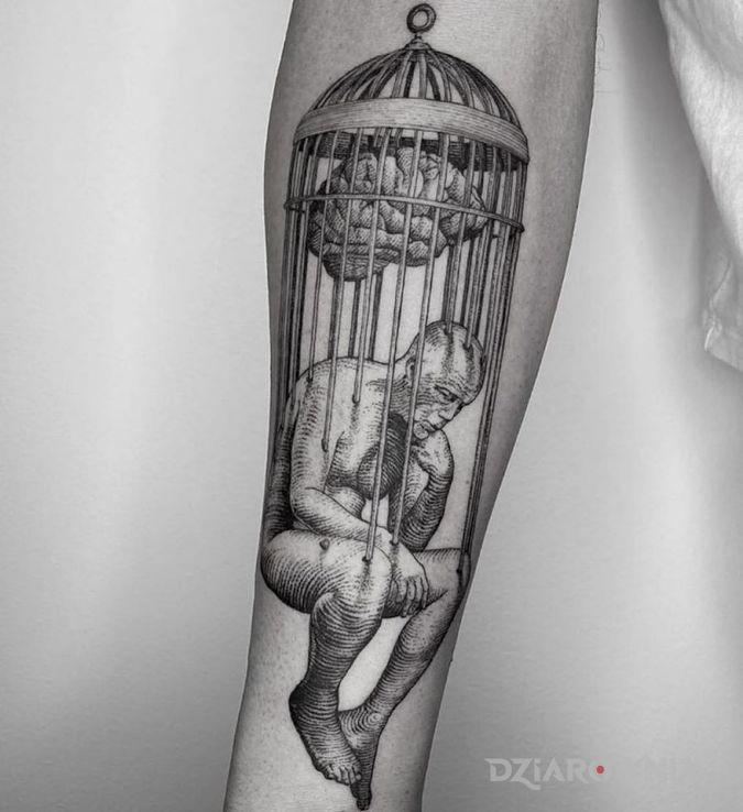 Tatuaż w pułapce umysłu w motywie postacie i stylu rycinowe / grawiurowe na przedramieniu