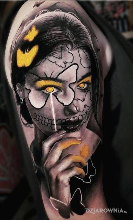 Tatuaż portret na inny sposob w motywie 3D i stylu realistyczne na ramieniu