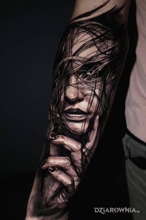 Tatuaż rozczochrana dziewczyna w motywie twarze i stylu realistyczne na przedramieniu