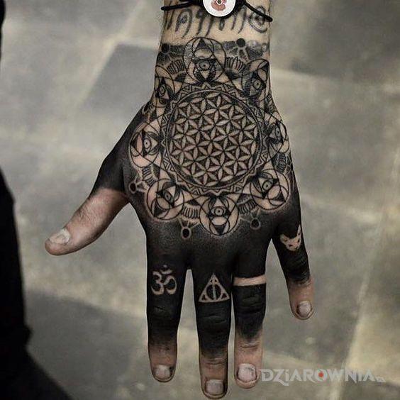 Tatuaż niespotykana ręka - czarno-szare