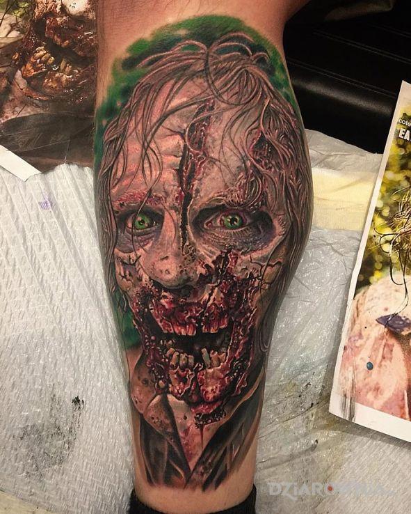 Tatuaż zombie w motywie postacie i stylu realistyczne na nodze