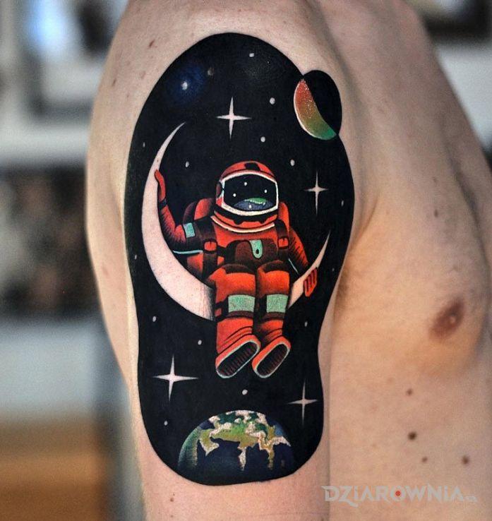 Tatuaż astronauta w motywie postacie na ramieniu