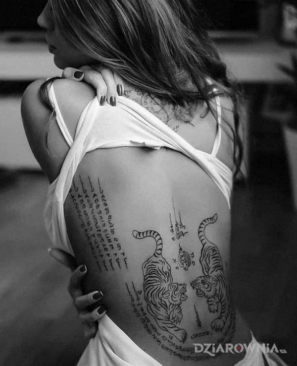 Tatuaż tajskie tygrysy w motywie czarno-szare i stylu graficzne / ilustracyjne na plecach