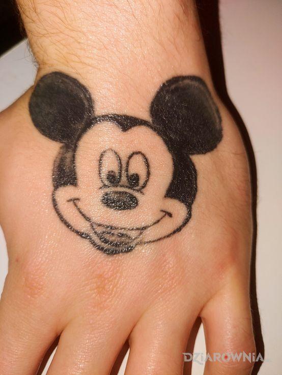 Tatuaż myszka miki w motywie postacie na dłoni