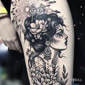 Kobiecy portret pośród kwiatów